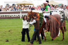 Stolze Züchterin: Susanne Wöhler mit dem Derbysieger Isfahan. www.galoppfoto.de - Frank Sorge