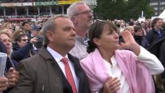 Jetzt kann man nur noch Zuschauen, was passiert: Trainer Andreas Wöhler und Ehefrau Susanne während des Rennens ...