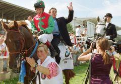 3 - Der Derbysieger Belenus  mit Kevin Darley nach dem Sieg im Deutschen Derby mit Manfred Hofer im huckepack. Foto: www.galoppfoto.de