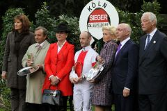Siegerehrung für Gestüt Illingens Scalo als Sieger im Preis von Europa 2010 mit Janet Leve-Ostermann (3. v. l.), Jockey Olivier Peslier, Sonja Wewering und Manfred Ostermann (2. v. r.). www.galoppfoto.de.JPG