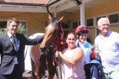 Das Siegerteam im Derby-Trial (v.l.n.r.): Trainer Markus Klug, Jockey Jiri Palik, der nach neun Jahren wieder einen Gruppetreffer landen konnte, und Besitzer Holger Renz. www.galoppfoto.de Sarah Bauer