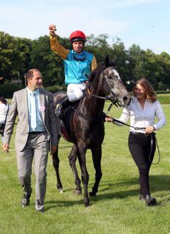 Akribie mit Adrie de Vries und Gestütsleiter Frank Dorff nach dem Sieg im Diana-Trial, Trainer Markus Klug, der an diesem Tag seinen 43. Geburtstag feierte und gleich vier von seinen unter den ersten fünf Pferden platzieren konnte, war in Köln geblieben. www.galoppfoto.de - Sabine Brose