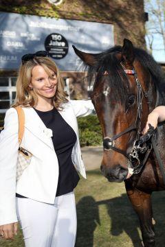 Be my Sheriff mit Besitzerin Nadine Siepmann nach dem Sieg im Preis von Dahlwitz. www.galoppfoto.de - Frank Sorge