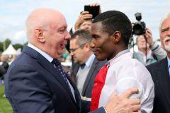Besitzer Manfred Ostermann gratuliert Jockey Eduardo Pedroza nach dem Sieg im IDEE 150. Deutsches Derby. www.galoppfoto.de