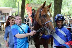 Nach dem Sieg im Mülheimer Dreijährigen-Rennen mit Eduardo Pedroza. Foto: Dr. Jens Fuchs