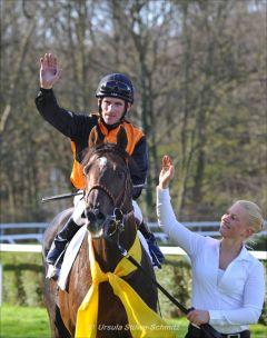 Andrasch Starke auf dem ersten Gruppe-Sieger der Saison: Amaron gewinnt die wettmeister Frühjahrsmeile. Foto: Ursula Stüwe-Schmitz