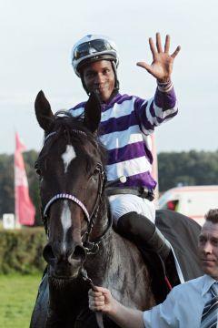 Potemkin mit Eduardo Pedroza nach dem Sieg im 25. Preis der Deutschen Einheit - für den Jockey war es der 5. Sieg in diesem Rennen, für das Pferd sogar der 6. Sieg des Jahres. www.galoppfoto.de - Frank Sorge