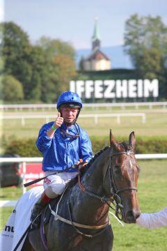 Dark Vision mit Francis Norton nach dem Sieg im 87. Kronimus Oettingen Rennen, Gr. II, in Baden-Baden. www.galoppfoto.de - Frank Sorge