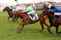 Das war knapp .... Isfahan (Mitte) mit Dario Vargio gewinnt das 147. Deutsche Derby. www.galoppfoto.de - Sabine Brose