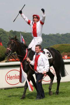 Donaldson mit Torsten Mundry nach dem Sieg im Deutschlandpreis, Gr. I, 2006. www.galoppfoto.de - Sandra Scherning