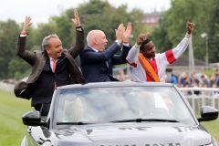 Ehrenrunde nach dem Sieg im IDEE 150. Deutschen Derby (v.l.n.r.): Trainer Andreas Wöhler, Besitzer Manfred Ostermann und Jockey Eduardo Pedroza. www.galoppfoto.de