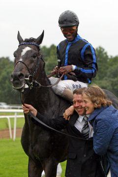 Empire Storm, Jockey Eduardo Pedroza und eine überglückliche Manuela Sohl nach dem Großen Preis der VGH Versicherungen. www.neuebult.com - Frank Sorge