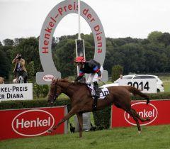 Feodora und Jockey Mirco Demuro beim Zieleinlauf des Hauptrennens um den Henkel-Preis der Diana. Foto www.henkel.com