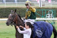 Freut sich über den größten Sieg seiner Karriere - Jockey Ian Ferguson und Iquitos nach dem Sieg im Großen Preis von Baden. www.galoppfoto.de - Frank Sorge