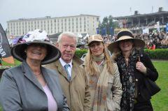 Gisela und Hannes K. Gutschow mit ihren Töchtern Jana und Celestine beim Hamburger Derby 2011. Foto: John James Clark