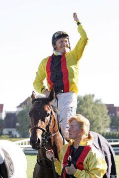 Global Dream mit Andreas Boschert nach dem Sieg in der133. Maurice Lacroix-Trophy. www.galoppfoto.de - Frank Sorge