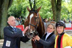 Jens Hirschberger nimmt mit Good Donna (Stephen Hellyn) wieder eine Maidensiegerin von Doyen in Empfang. Foto: Dr. Jens Fuchs