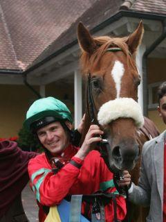 Der 2. Jockey im Rennstall Wöhler, Jozef Bojko, steuert das Pferd seines Chefs zum Gr. III-Sieg im Preis der BBAG Hengstparade. www.galoppfoto.de