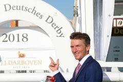Jockey Adrie de Vries nach dem Sieg im IDEE 149. Deutschen Derby. www.galoppfoto.de - Frank Sorge