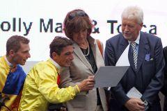Die zwei siegreichen Jockeys, Stephen Hellyn für Ilka Gansere-Leveque und Jean Bernard Eyquem für das Gestüt Auenquelle,  schauen sich mit Helga und Peter Endres das Zielfoto an. www.galoppfoto.de - Frank Sorge