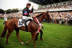 Jockey Mirco Demuro auf seiner siegreichen Stute Feodora. Foto www.henkel.com
