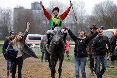 Jockey Sibylle Vogt freut sich mit Annabell Knigge (links) und Mutter Sylke nach dem Sieg von The Tiger. www.galoppfoto.de - Stephanie Gruttmann