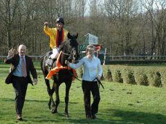Erster Gruppesieger des Jahres 2013 - Global Thrill mit Adrie de Vries und Trainer Jens Hirschberger. Foto: Gabriele Suhr