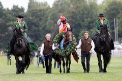Leider keine Schimmel mehr als Begleitung: Der Derbysieger Laccario und Eduardo Pedroza lassen sich auf dem Geläuf feiern. Foto: Dr. Jens Fuchs