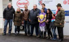 Siegerehrung für das Team von Layer Cake mit Reiterin Anna van den Troost und (dahinter) Trainer Anthonius Johannes Frederikus Franzen. Foto: Dr. Jens Fuchs