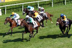 Lucky Speed mit Andrasch Starke gewinnt das Sparda 144. Deutschen Derby vor Tres Blue (Nr. 7) und Nordvulkan (Nr. 19). www.galoppfoto.de - Peter Heinzmann