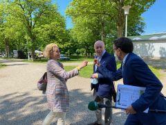 Glückwünsche vom Moderator Thorsten Castle an Manfred Ostermann und Sonja Wewering vom Gestüt Ittlingen zum Sieg von India. ©gDequia