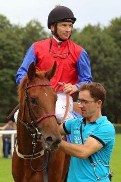 Mantai mit Adrie de Vries nach dem Sieg. www.galoppfoto.de - Frank Sorge