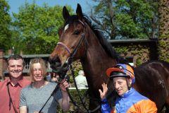 Besitzertrainerin Marion Renggli mit ihrem Waldlord und Jockey Norman Richter nach dem Sieg am 24.04.2011 in Hoppegarten. www.galoppfoto.de