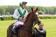 Meergörl mit Frederik Tylicki (grüne Kappe) bei ihrem Maidensieg in Hoppegarten. www.galoppfoto.de - Sabine Brose