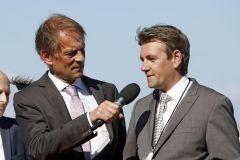 Moderator Daniel Delius (links) im Interview mit Trainer Markus Klug nach dem Doppelsieg mit Weltstar und Destino im Derby. www.galoppfoto.de - Frank Sorge