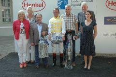 Siegerehrung mit Trainer Mario Hofer, Jockey Terry Hellier und Besitzer Gerd Zimmermann. Foto: Suhr