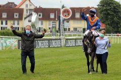 Da freuen sich drei: Das Team von Nica nach dem Sieg in der Badener Meile. www.galoppfoto.de