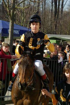 Pavel Bradik mit Van Vürden Zweiter des Jagdrennens am 20.03.2011 in Krefeld. www.dequia.de