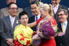 Prominente Gratulantin - Kate Winslet mit Jockey Matthew Chadwick bei der Siegerehrung. www.galoppfoto.de - Frank Sorge