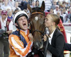 Pures Glück - Jockey Andrasch Starke, Danedream und ihre Pflegerin Cynthia Atasoy nach dem Sieg im Qatar Prix de l'Arc de Triomphe. www.galoppfoto.de