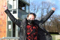 Janina Reese freut sich über ihren ersten Trainersieg durch Luella. www.galoppfoto.de