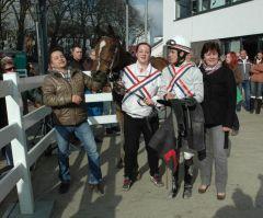 siegerin Keyana mit Trainer Daniel Cjhr. Klomp und Jockey Toon v.d. Troost (Foto Suhr)
