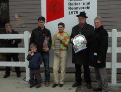 Siegerehrung mit Trainer Chr. J. M. Wolters, Jozez Bojko, Reinhard Ording vom Rennverein Neuss (Foto Suhr)