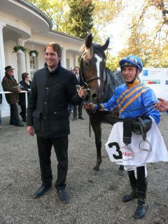 Sieger Lucky Jon (Lord of England) mit Trainer Markus Klug und Jockey Stephen Hellyn. Foto: Gabriele Suhr