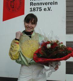 Lena Mattes als Gewinnerin der Perlenkette am 23.02.2014 in Neuss. Foto Gabriele Suhr