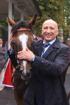 Der glückliche Trainer Miltcho Mintchev mit seiner Gr. III-Siegerin Tabera. ©galoppfoto - Sarah Bauer