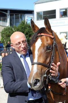 Trainer Miltcho Mintchev mit Temida nach dem Sieg im Großen Preis von Bayern, Gr. I, 2012. www.galoppfoto.de - Frank Sorge