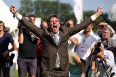 Trainer im Glück - Markus Klug freut sich über seinen ersten Derbysieg mit Sea The Moon. www.galoppfoto.de - Sabine Brose