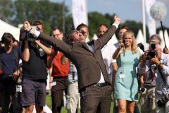 Trainer Markus Klug jubelt nach dem Sieg im IDEE 145. Deutschen Derby mit Sea The Moon. www.galoppfoto.de - Sabine Brose