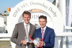 Trainer Markus Klug (links) und Jockey Adrie de Vries nach dem Sieg im IDEE 149. Deutsches Derby. www.galoppfoto.de - Frank Sorge